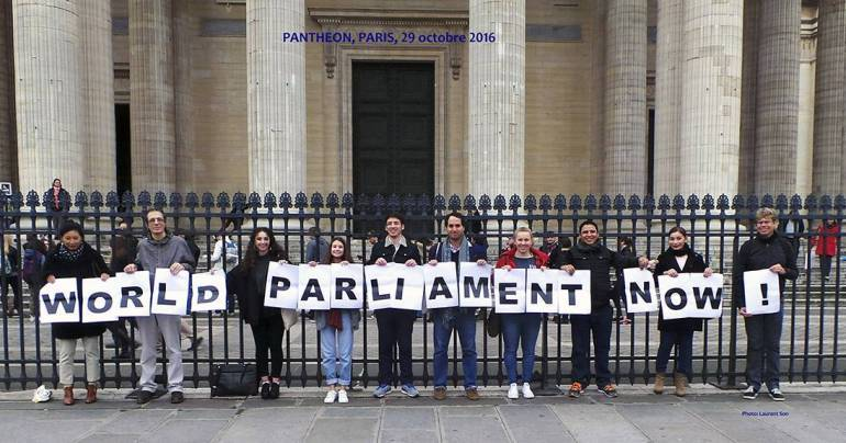 Action « Parlement mondial maintenant » à Paris